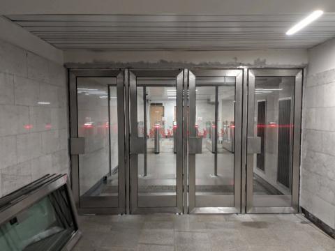 маятниковые двери из нержавеющей стали